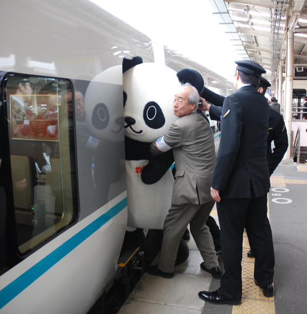 面白画像 乗れない! 和歌山観光PRキャラ「わかぱん」、特急くろしおに乗れず押し込まれる(笑)chara_0058