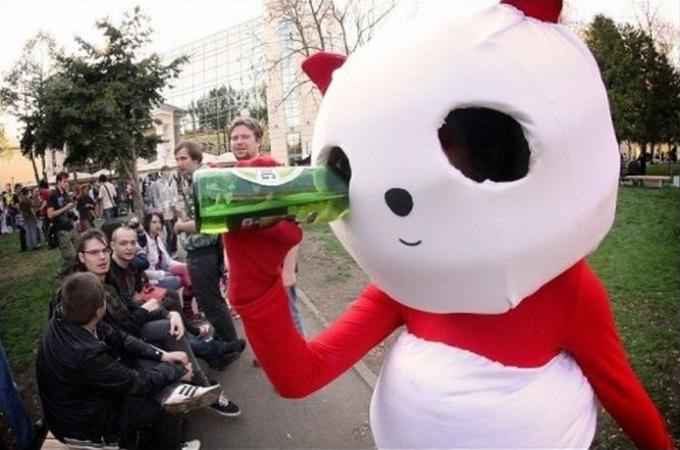 面白画像 海外の着ぐるみパンダ、意外すぎるところから水分補給(笑)chara_0063