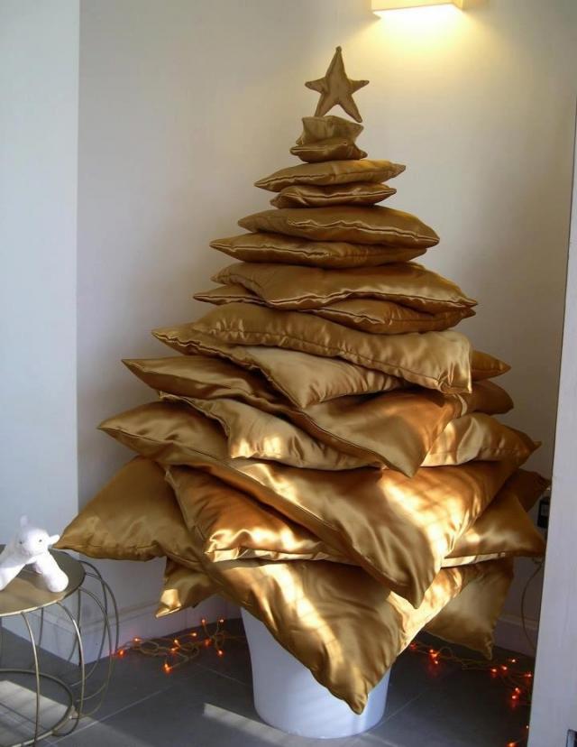 クリスマスおもしろ画像 面白い発想! クッションを山積みして作ったクリスマスツリー(笑)christmas_0003