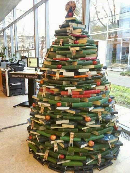 クリスマスおもしろ画像 海外のオシャレなブックストアにありそうな書籍を積み上げたクリスマスツリー(笑)christmas_0005