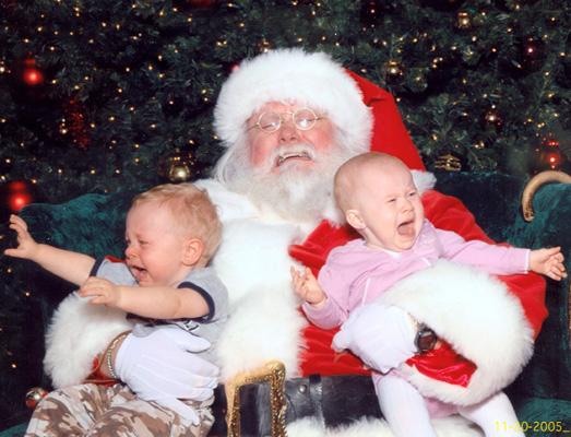 【赤ちゃんとクリスマスおもしろ画像】サンタに抱きかかえられるのをとっても嫌がる子どもたち(笑)