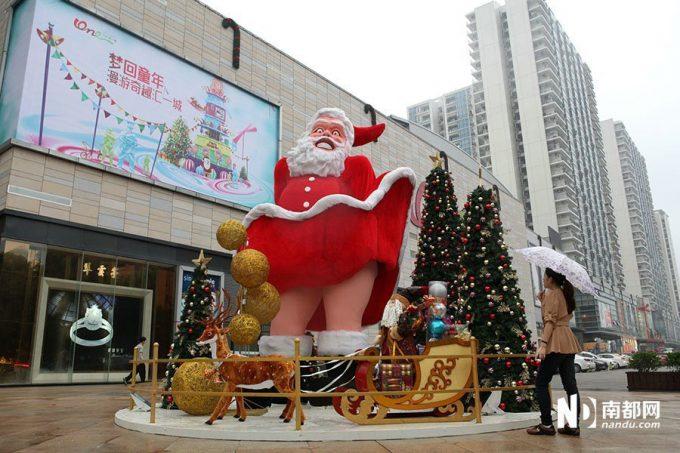 クリスマスおもしろ画像 怖い! 中国に出現した巨大セクシーサンタが全然セクシーじゃありません(笑)christmas_0009_01