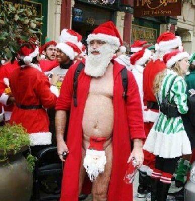 クリスマスおもしろ画像 アウト! サンタ仮装のクリスマスパーティー?できわどいサンタ仮装をする男性(笑)christmas_0012