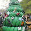 かっこいい! 車のタイヤと色んなパーツでデコレーションされたタイヤクリスマスツリー(笑)