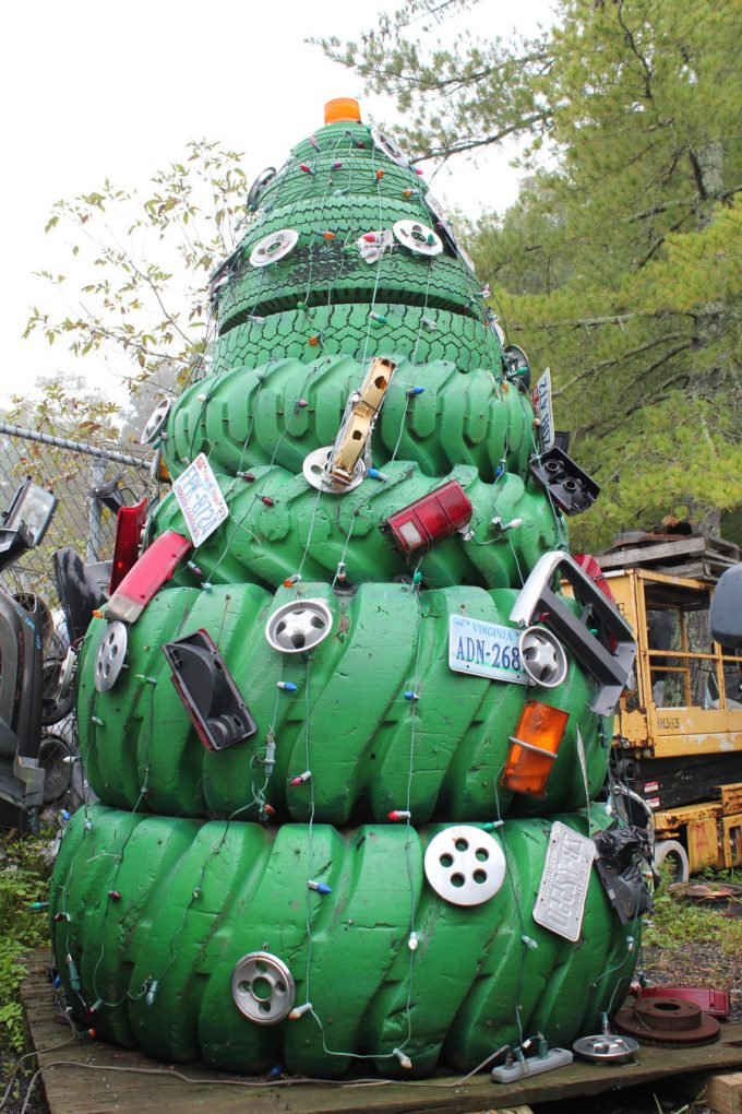 クリスマスおもしろ画像 かっこいい! 車のタイヤと色んなパーツでデコレーションされたタイヤクリスマスツリー(笑)christmas_0023