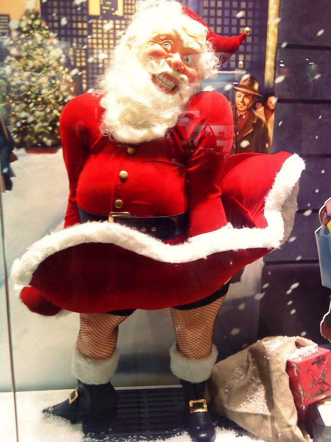 わーお! クリスマスにお店のウィンドウに飾ってあったマリリン・モンローサンタ(笑)