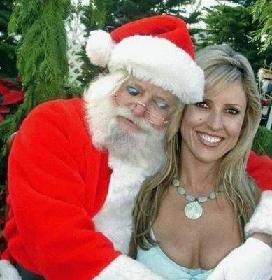 クリスマスおもしろ画像 マダムと記念撮影をするサンタの視線(笑)christmas_0029