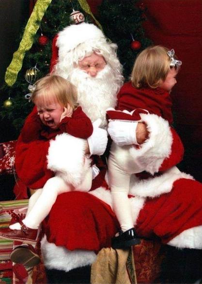 クリスマスおもしろ画像 サンタクロースに抱きかかえられるのを嫌がる2人の女の子(笑)christmas_0031
