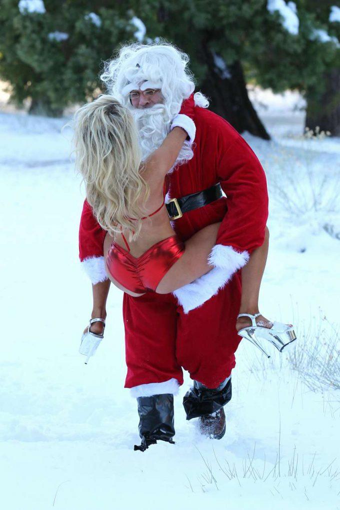 クリスマスおもしろ画像 エッチ! 雪山でセクシーサンタとじゃれ合うサンタクロース(笑)christmas_0033