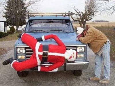 クリスマスおもしろ画像 車運転中にサンタクロースと交通事故起こしてしまったら、的な車(笑)christmas_0034