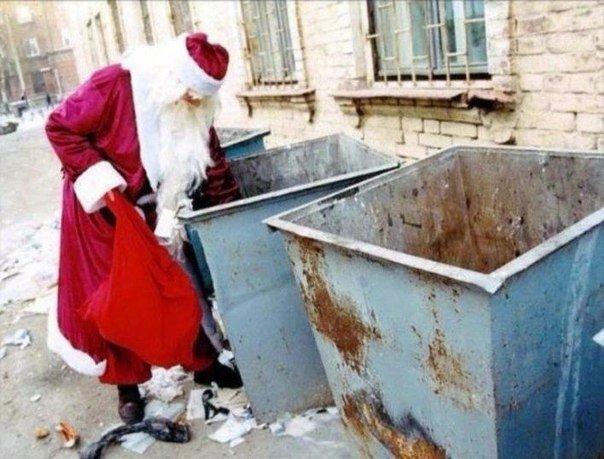 クリスマスおもしろ画像 生活が大変? 街のごみ箱を漁るサンタクロース(笑)christmas_0037