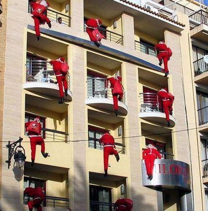 クリスマスおもしろ画像 サンタの群れ! マンションのベランダから入ろうとするサンタたち(笑)christmas_0040