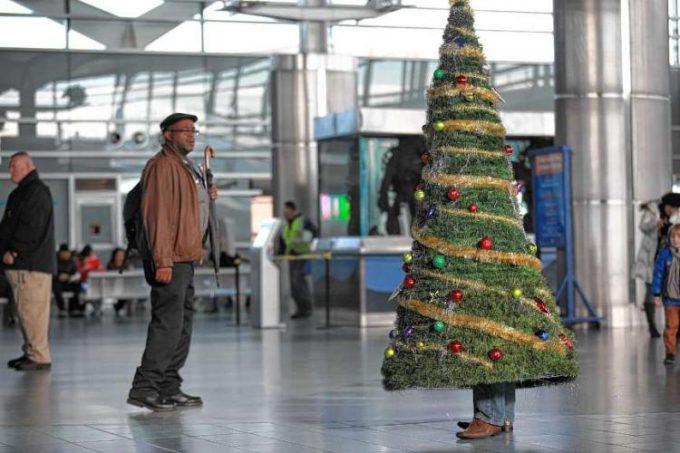 人? フェリーターミナルで人々を喜ばせようとするクリスマスツリー人間(笑)christmas_0051
