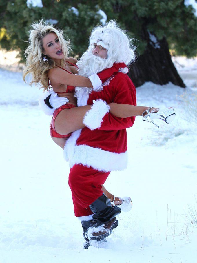 クリスマスおもしろ画像 エッチ! 雪山でセクシーサンタとじゃれ合うサンタクロース(笑)christmas_0030_01