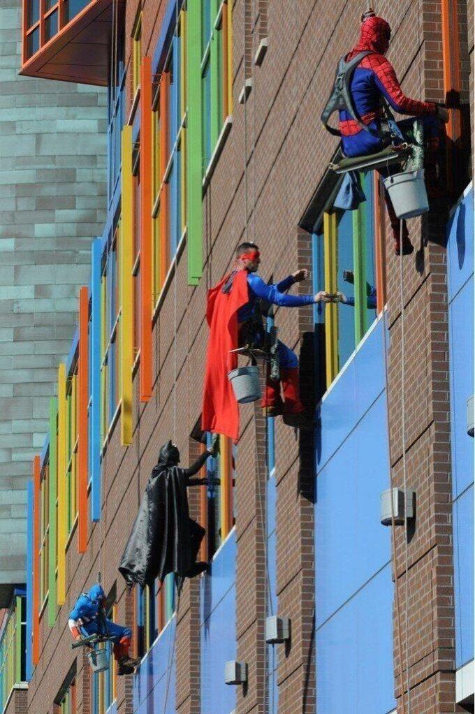 海外面白画像 これぞヒーロー! アメリカのピッツバーグの病院で窓拭きをするアメコミヒーローたち(笑)foreign_0043
