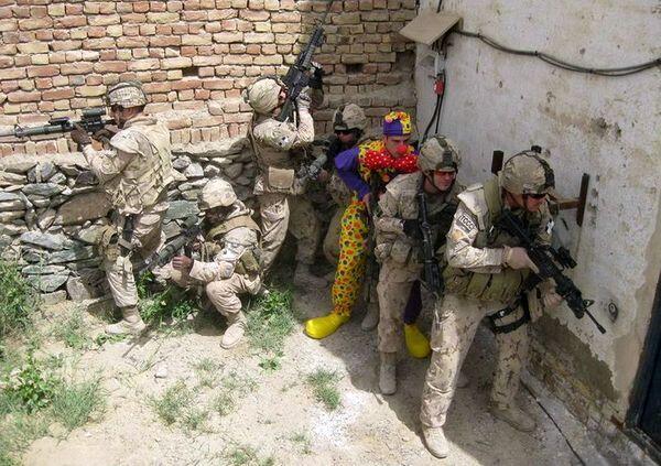 海外面白画像 平和! 海外の軍兵士たちがふざけて撮影した写真が自由すぎます(笑)foreign_0047