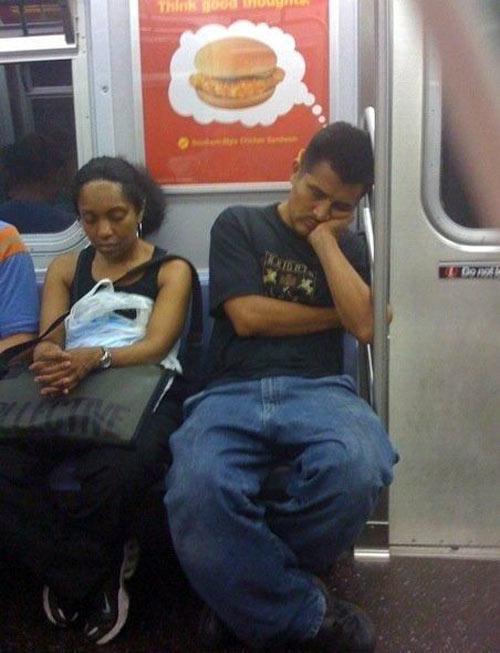 海外面白画像 夢がリアルに! 電車内で夢で見たハンバーガーが広告になる(笑)foreign_0052
