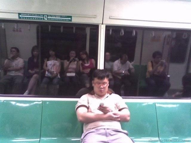海外面白画像 電車内で座席を占領している男性(笑)foreign_0053
