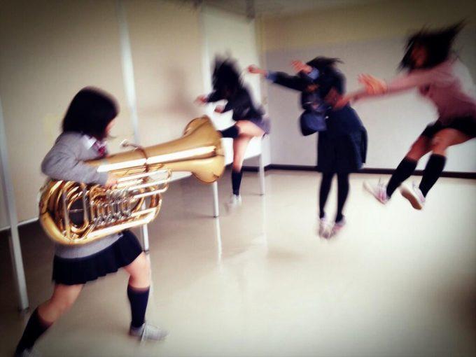 面白画像 女子高生が金管楽器チューバを使って撮ったトリック写真がおもしろい(笑)kids_0043_02
