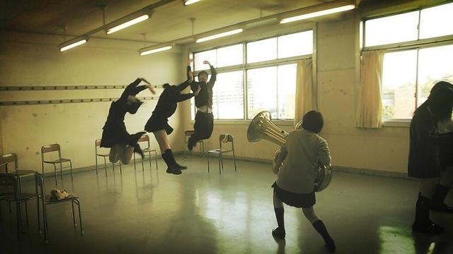 面白画像 女子高生が金管楽器チューバを使って撮ったトリック写真がおもしろい(笑)kids_0043_03