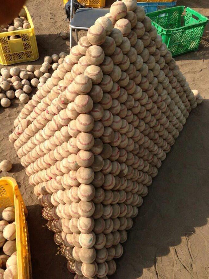 面白画像 芸術! 野球部がボールを積み上げて作ったボールピラミッドの美しさに感動(笑)kids_0047