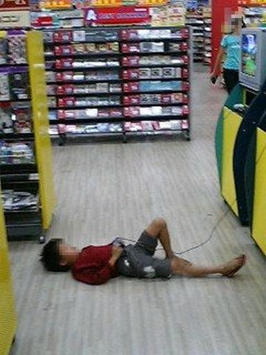【子どもおもしろ画像】ゲームショップのフリープレイゲームで遊ぶ子どもの姿勢(笑)