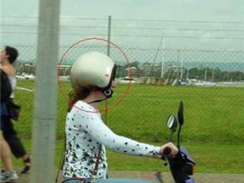 逆だよ逆! ヘルメットを逆につけてバイクを運転する女性(笑)