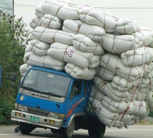 海外面白画像 車の高さ以上に積載した中国のトラック(笑)foreign_0068