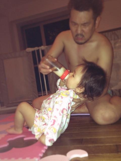 【赤ちゃんおもしろ画像】なんで? 娘にミルクを飲ませる、すごい格好のフジモン(笑)