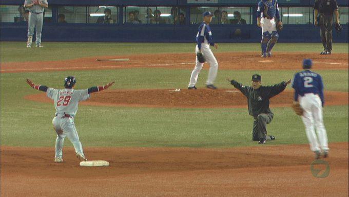 テレビ面白画像 プロ野球で審判の「セーフ!」と同じポーズをとる走者(笑)tvmovie_0064