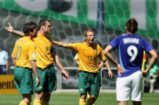 テレビ面白画像 2006年ワールドカップ オランダ戦で世界一腕の長い人間が発見される(笑)tvmovie_0071