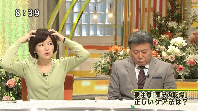 テレビ面白画像 『とくダネ!』の中野美奈子アナが小倉智昭の横で頭皮マッサージ(笑)tvmovie_0079