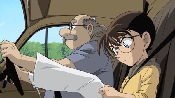 【名探偵コナンおもしろ画像】コナンが足で車の運転をしてるように見えるおもしろシーン(笑)