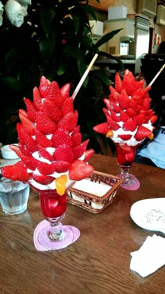 狂気じみてる! まるで輸入植物の花かと見まごうようなイチゴパフェ(笑)food_0073
