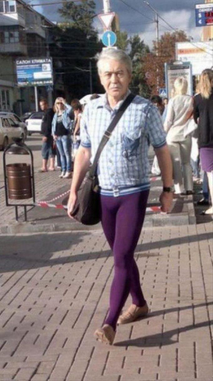 ギリギリ! タイツを履いて街を歩く初老の男性(笑)foreign_0078