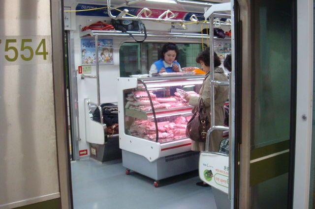 驚きの光景! 電車内で食品を販売する商売根性がすごい(笑)foreign_0080