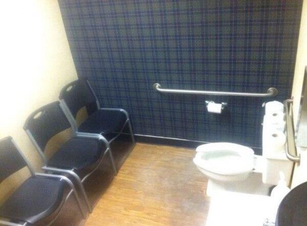 どれどれ? 用を足している様子を他の人も見ることができるトイレ(笑)foreign_0082