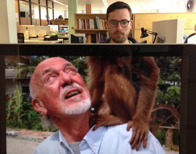 desk safari職場に珍獣? 社内で見かけた犬のカラダをした女性(笑)foreign_0091_02