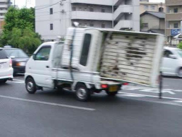 今助ける! 仲間を助けようとする軽トラック(笑)foreign_0094