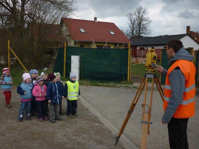 【子どもおもしろ画像】測量機械「トータルステーション」をカメラと間違えて集まる子どもたち(笑)