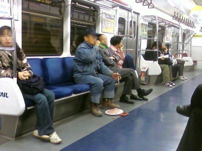 え? 韓国の電車内で酒を飲みながらご飯を食べる人(笑)foreign_0097