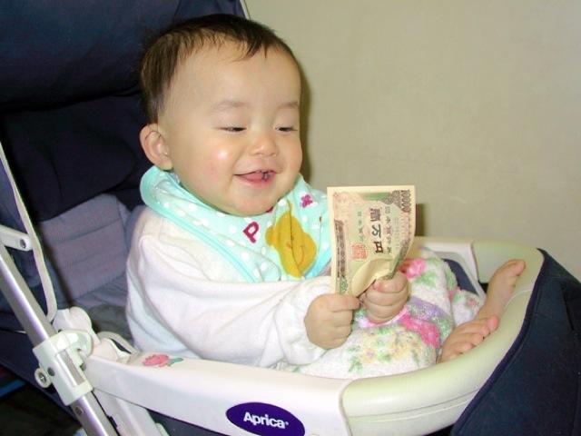 やったー! 一万円札を手にしながら満面の笑みの赤ちゃんが末恐ろしい(笑)kids_0064
