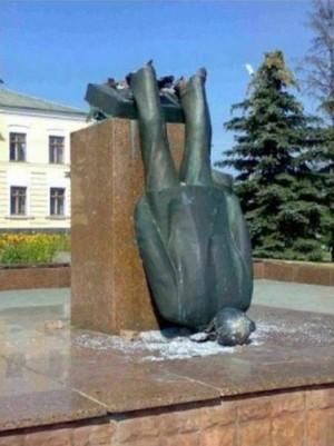 グシャ! 学校にあった銅像の悲惨な末路(笑)syame_0061