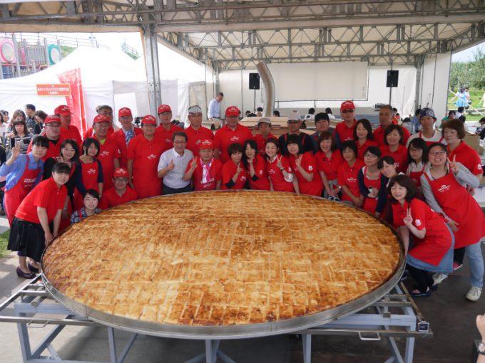 直径3メートルの超巨大アップルパイsyame_0078_01