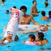 恥ずかしい! 美少女キャラの浮き輪でプールで遊ぶオタク(笑)