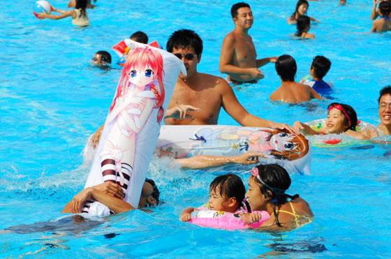 【オタクとプールおもしろ画像】恥ずかしい! 美少女キャラの浮き輪でプールで遊ぶオタク(笑)otacos_0063