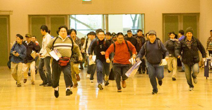 【オタクおもしろ画像】行くぞー! フィギュア祭典『神戸トレジャーフェスタ』で開幕ダッシュするオタクたち(笑)otacos_0077