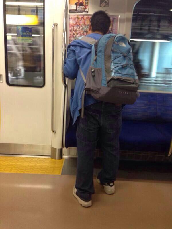 【オタクおもしろ画像】電車内の『ラブライブ』ポスターにびっくりなことをするオタク!