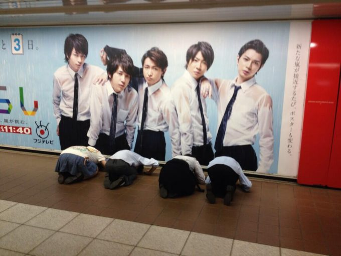 【オタクおもしろ画像】新宿駅構内に設置された嵐のポスターに群がる嵐ファン