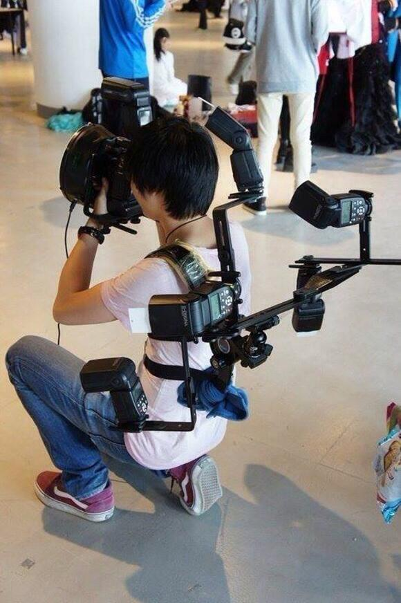【オタクおもしろ画像】最強! 触手のように動きそうなストロボを身にまとったカメラ小僧(笑)otacos_0112